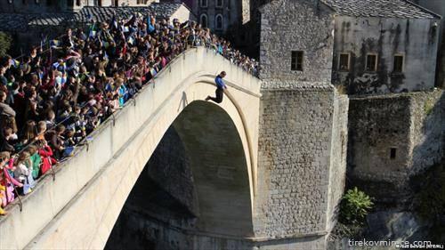 жителите на Мостар ја одбележаа 24-годишнината од уривањето на Стариот мост за време на босанската војна.