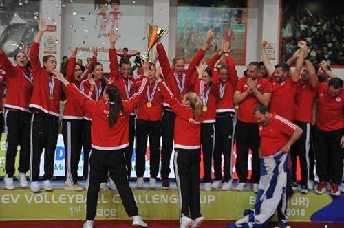 екипата на Олимпијакос од Грција во освои Челенџ купот во женска одбојка