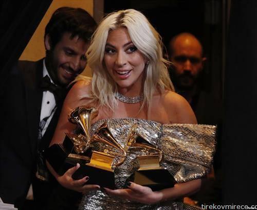 леди Гага со наградите на Греми