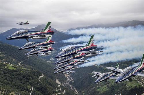 Италијанските воздухопловни сили изведуваат акробации за време на митингот во Сион, Швајцарија
