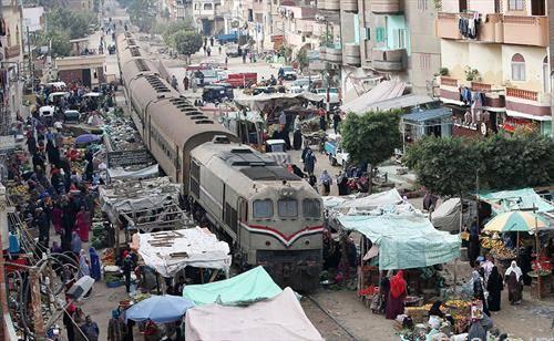 Воз минува низ локален пазар за зеленчук  во селото Далгамин, Танта, на 120 километри северно од Каиро