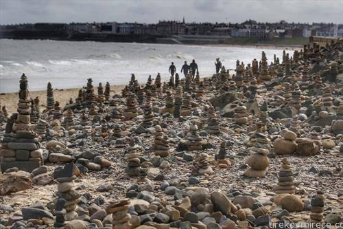 Скулптури од камчиња на плажа во Англија