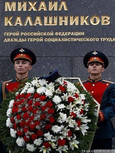 во Москва поставен споменик н Михаил Калашников творецот на пушката АК 47