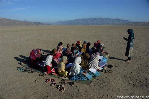 авганистански деца учат во шоколо на отворено