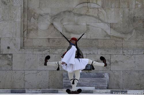 почесна стража пред претседателсакта палата во Атина