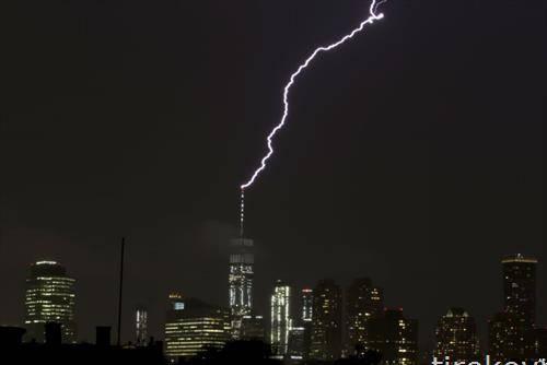 гром удара во врвот на Светскиот трговски центар во Њујорк