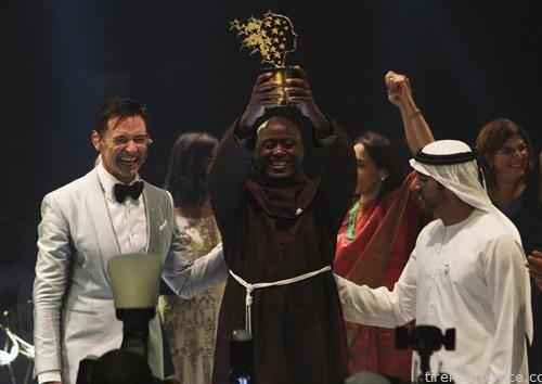 Наставникот Питер Табиќи од Кенија,  поголем дел од заработката ја дава на сиромашни ученици, е избран за најдобриот наставник во светот. Награда вредна милион долари