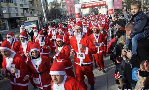Традиционална Дедомразоска трка во центарот на Скопје