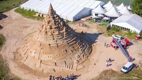 Во Германија изграден најголемиот песочен дворец, висока 17,66 м и претставува град од ,,Игра на троновите,, се градел цел мај месец