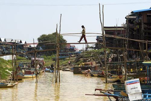 мост од бамбус на река во Камбоџа