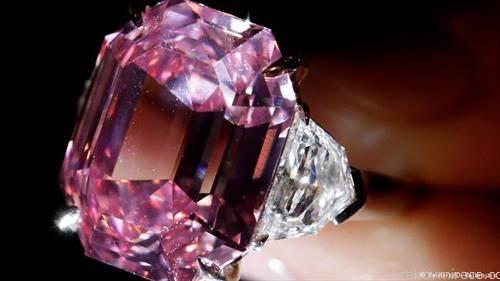 Розевиот дијамант  тежок 19 карати, е продаден во Женева за рекордна цена од околу 50 милиони долари -44 милиони евра