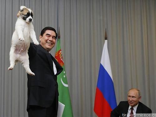 Претседателот на  Туркменистан на Рускиот му дава  подарок, куче