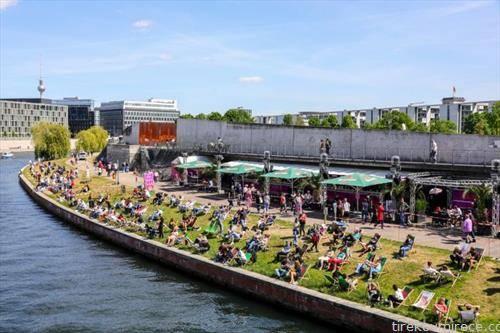 жителите на Берлин на пролетното сонце