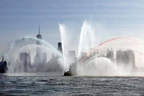 пожарникарски брод ја прикажува моќта во пристаништето во Њујорк