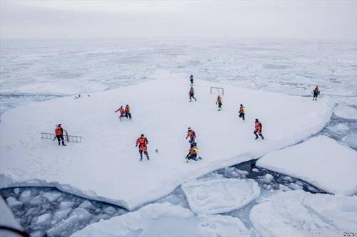 норвежани играат фудбал на плоча од мраз на Гренланд