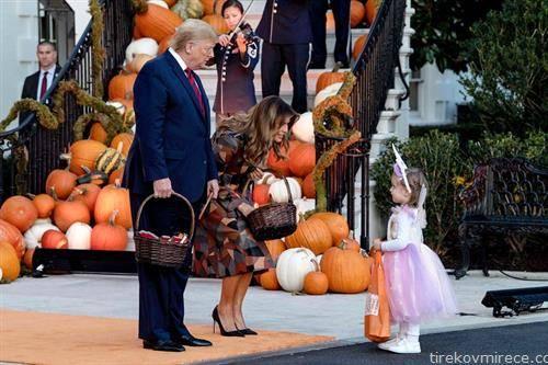 американскиот претседател Трамп со сопругата во  ноќта на вештерките
