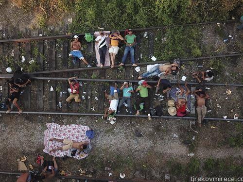 мигранти од централна Америка на пот кон САД спијат на пруга