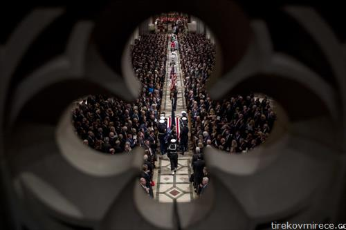 Ковчегот на поранешниот американски претседател Џорџ Х. В. Буш изнесен од почесната гарда од американскиот Капитол