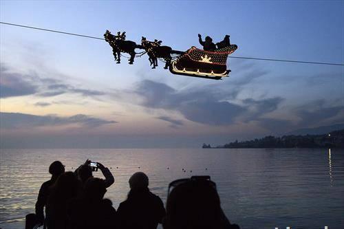Симулирано прелетување на Дедо Мраз преку езерото Женева, Швајцарија