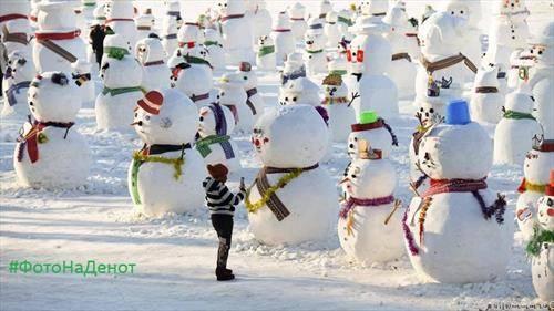 Кинескиња си избира снешко белчо за селфи. нивната Нова година доаѓа на 5-ти февруари, година на свињата