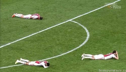фудбалерите на ајакс по елиминацијата дома од тотенхем во полуфиналето на Лигата  на шампионите