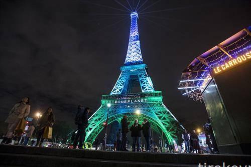 во боите на светот Ајфеловата кула