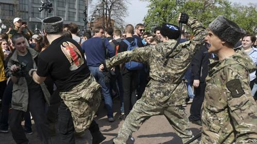 козаци, паралелна полиција во Моква, растеруваат протест на опозицијата