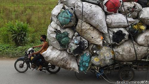 се собира пластичен отпад во Виетнам