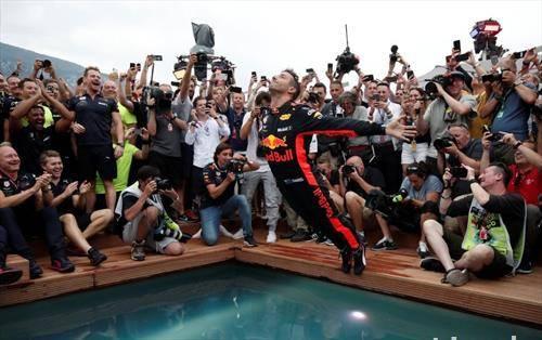 како возачот на Ф1 Рикарадо ја прослави победата на трката во Монта Карло