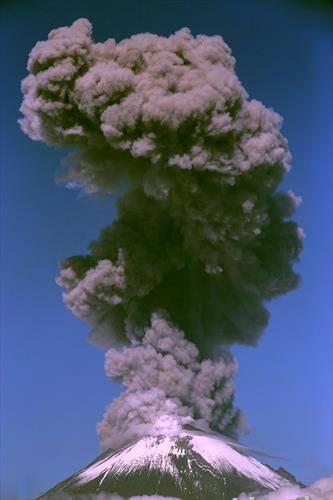 Активниот вулкан Попокатепетел, Пуебло, Мексико