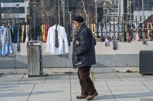 стотици вратоврски и кошули во знак на протест поради зголемувањето на платата на косовскиот премиер Рамуш Харадинај