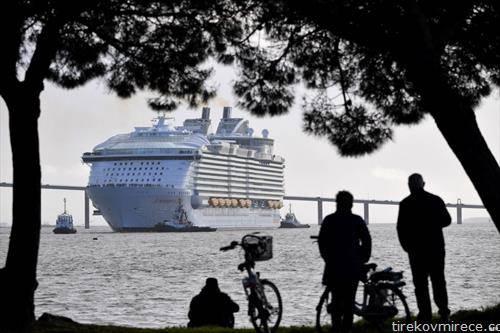 крузерот Симфонија на морето го напушта пристаниште на азурниот брег