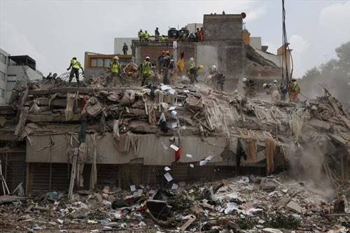 се бараат преживеани по земјотресот во Мексико
