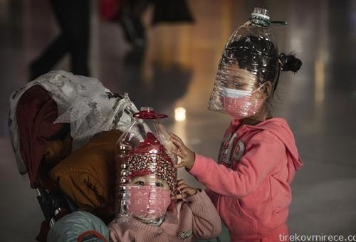 деца на аеродромот во Пекинг се штитат од корана вирус