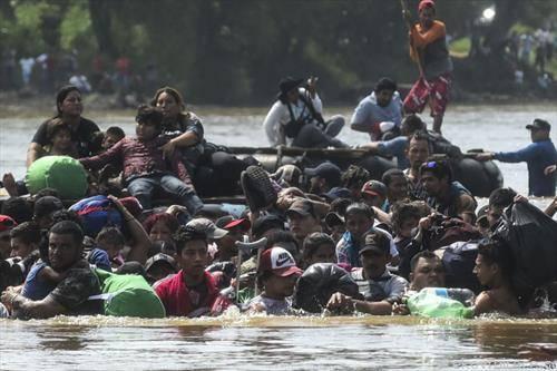 мигранти од Гватемала минуваат кон Мексико на пат за САД