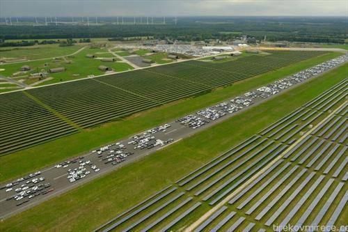 илјадници нови а технички неисправни автомобили мерцедес на аеродром близу Бремен