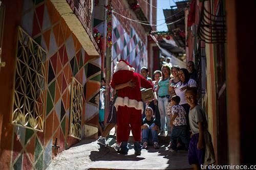 Дедо Мраз во посета на една сиромашна населба во Каракас, Венецуела