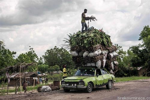 се на едно место, овошје, дрва и јаглен на кров од автомобил во Конго