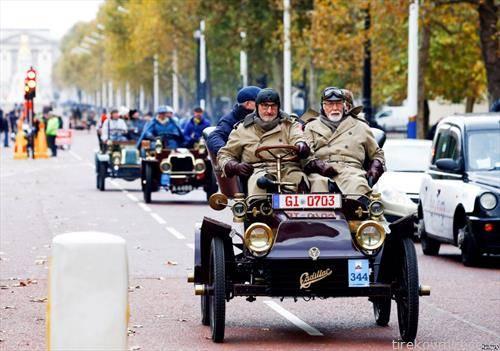 учесници на тркаа на возила ветерани во Париз