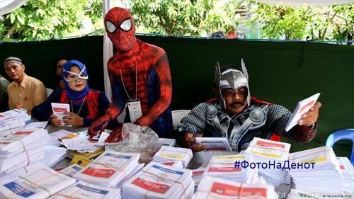 Очите не ве лажат - на изборите во Индонезија членовите на избирачкиот одбор во Сурабаја,  подготвуваат гласачки ливчиња облечени во костими на суперхерои.