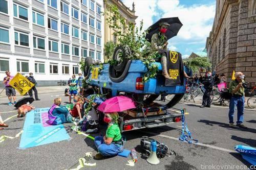 екологисти протестираат пред седиште на германска автомобилска компанија
