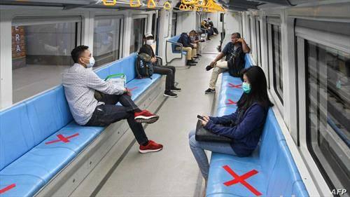 и патниците во метро во Сингапур ја  чуваат пропишаната меѓусебна далечина