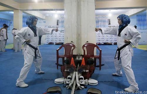 Авганистанка вежба Таеквондо, во една тренинг сала во Кабул