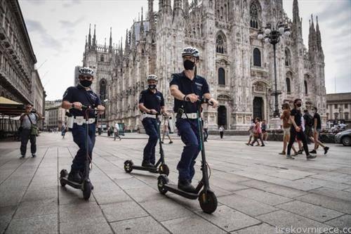 италијанската полиција на тротинети патролира  по Милано