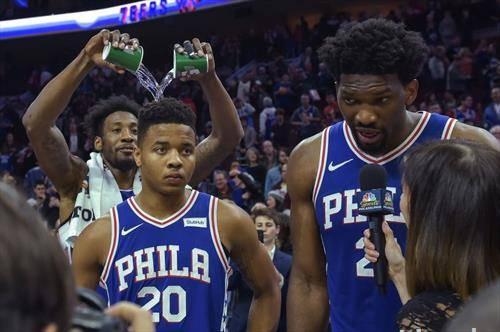 кошаркарот фулц освежен е со вода од колегата Ковингтон во НБА
