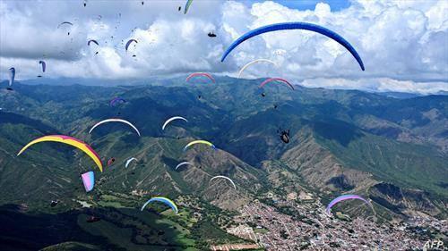 параглајдеристи летаат во Колумбија