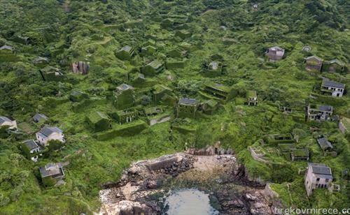 село во Кина,а чии куќи се обраснати во зеленило
