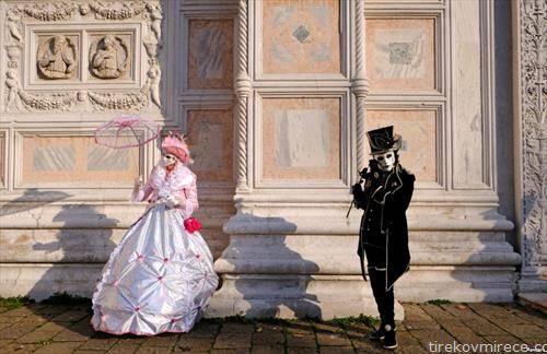 учесници на карневалот во Венеција