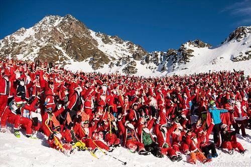 Дедо Мраз позираат за групна фотографија на една падина за време на промотивниот настан во центарот за алпско скијање Верибер, Швајцарија