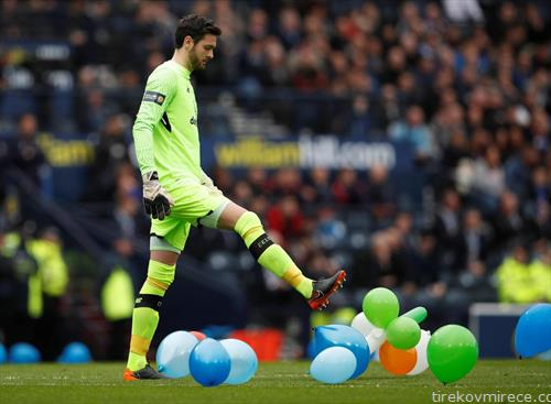 на шкотскиот полуфинален куп натпревар помеѓу Селтик и Ренџерс фудбалерите мораа да ги дупант сите овие балони